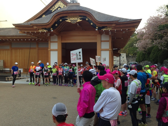 Where else would you possibly want to be? Wave 1 gets ready to run from Nagoya Castle gate as Waves 2-6 stand by.